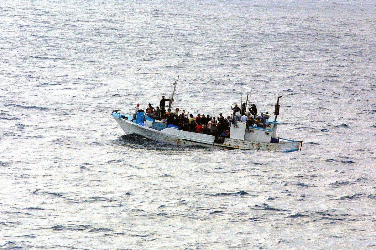 refugee boat-998966_1920.jpg